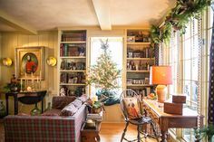 and state: Christmas House Tour 2016 Prim Decor, Country Decor, Country Homes, Country Style, Primitive Homes, Country Primitive, Living Room Decor, Living Spaces, Living Rooms