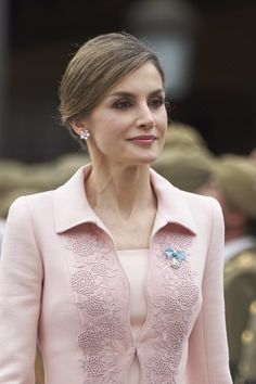 Queen Letizia of Spain Photos - Queen Letizia of Spain delivers a new National Flag to Speciality of Engineers Regiment Number 11 on June 2016 in Salamanca, Spain. - Queen Letizia Delivers New National Flag To Speciality Of Engineers Regiment Number 11 Princess Letizia, Queen Letizia, Myanmar Traditional Dress, Traditional Dresses, Suits For Women, Blouses For Women, Fancy Dress Design, Lace Bolero Jacket, Style Royal
