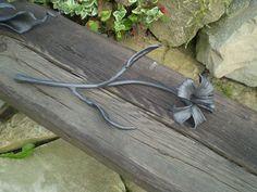 Hand forged sculputre metal flower. See more my work: https://www.facebook.com/OGNIK-kowalstwo-artystyczne-Szalowa-1536036913329982/?ref=hl Ręcznie kuty kwiat.