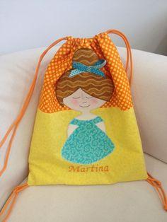 Mirad que mochila ha hecho Elena con el nombre de su pequeñina, ¡nos encanta!