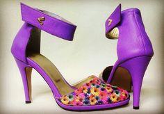 Bellos zapatos en cuero estampado y texturizado con accesorios de lujo, una pieza sencillamente exclusiva