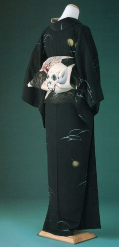 """Dokuro' themed kimono and obi. Traditioneller Kimono, Furisode Kimono, Kimono Japan, Black Kimono, Japanese Outfits, Japanese Fashion, Asian Fashion, Traditional Japanese Kimono, Traditional Dresses"