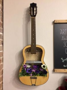 Guitar Crafts, Guitar Diy, Guitar Decorations, Guitar Shelf, Deco Studio, Creation Deco, Music Decor, Guitar Design, Diy Furniture