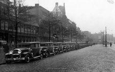 De Coolsingel. Taxi-standplaats voor het café-restaurant Tivoli. Het is 1933.