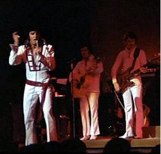 Elvis on stage in august 1970 at the Las Vegas Hilton