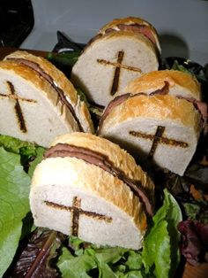 Spooky sandwiches for Halloween - I'm thinking RIP on bread with Nutella inside Halloween Pizza, Halloween Snacks, Diy Halloween, Holidays Halloween, Halloween Sandwich, Halloween Food For Adults, Party Sandwiches, Clean Eating Snacks, Food And Drink