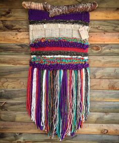 Made in Chile with natural wool, burlap and driftwood from Lago Puyehue. Weaving Projects, Weaving Art, Loom Weaving, Tapestry Weaving, Hand Weaving, Woven Wall Hanging, String Art, Tapestries, Knitting Yarn