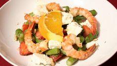 Rezept: Erdbeersalat mit grünem Spargel, Ziegenkäse, Pinienkernen und Garnelen