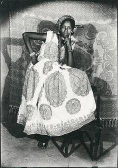 Photography by Seydou Keita (1921, Bamako, Mali - November 21, 2001, Paris). S)