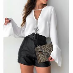 Preto e branco que a gente ama! 💕💕 Bata amarração off #adorofarm | shorts basic corino | cinto Emanoeli preto Compras pelo site: www.estacaodamodastore.com.br . Whatsapp Site: 📲(45)99953-3696 - Thalyta 📲(45)99820-6662 - Jessica . Ou em nossas lojas físicas de Santa Terezinha de Itaipu e Medianeira - PR . . url:https://www.estacaodamodastore.com.br/bata-amarracao-off-3487/p Bota: @fabianepontocerto