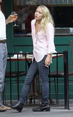 f52040872b4fdf Give your weekend basics and edgier spin à la Mary-Kate Olsen by adding  black ankle boots and a great piece of jewelry.