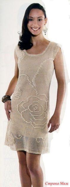 Это платье классического силуэта в филейной технике смотрится очень нежно и невесомо. Филейный узор очень прост и незатейлив. Несмотря на свою кажущуюся простоту он очень украшает платье.
