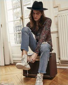 Look Masculino com Calça Jeans Barra Cortada Desfiada