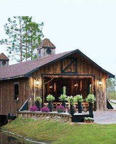 This wooden bridge on a 40-acre country estate can host an impressive 300 revelers. What other covered bridges made our list of favorite wedding venues? http://shout.lt/w1lR
