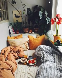 Das Bild kann enthalten: sitzende Personen Wohnzimmer Tisch und Interieur The picture may include: sitting persons living room table and interior Cozy Bedroom, Bedroom Decor, Fall Bedroom, Bedroom Plants, Bedroom Ideas, Aesthetic Rooms, Dream Rooms, Beautiful Bedrooms, Beautiful Beds