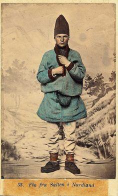 https://flic.kr/p/sTLHqt   Samisk mannsdrakt fra Salten, Nordland (Norway). av Marcus Selmer 1919-2000   NF.09398-007 Digitalt museum. Public domain.