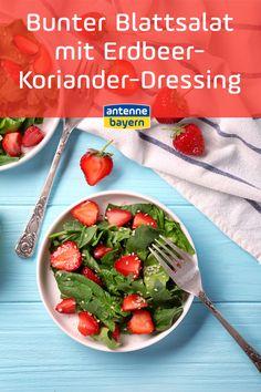 Rezept für bunten Blattsalat mit Erdbeer-Koriander-Dressing. Leckere Erdbeeren mischen den sonst schnöden grünen Blattsalat auf. Koriander gibt eine exotische Note im Dressing. Probiert es zum nächsten Grillabend doch gleich aus! #grillen #grillrezepte #erdbeeren Food Blogs, Green Beans, Note, Meat, Vegetables, Leafy Salad, Cooking, Cilantro Dressing, Vegetable Recipes