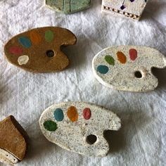 陶器の**パレットブローチ**ブローチです。 Ceramic Pottery, Pottery Art, Ceramic Art, Slab Pottery, Ceramic Bowls, Ceramic Jewelry, Polymer Clay Jewelry, Sculpture Clay, Ceramic Sculptures