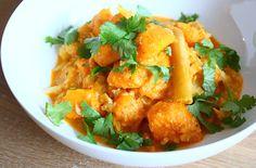 Een curry kun je ook maken zonder vlees. Probeer eens deze zoete aardappelcurry met bloemkool die je snel op tafel tovert. Whole Foods, Whole Food Recipes, Healthy Recipes, Healthy Food, Meal Planning, Foodies, Main Dishes, Paleo, Good Food