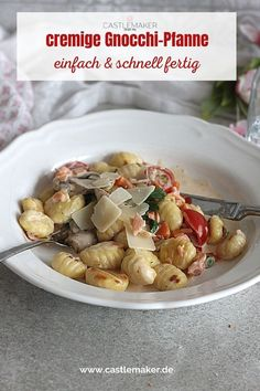 Einfaches Mittagessen für alle Gnocchi-Liebhaber. Diese einfache Gnocchi-Pfanne ist schnell gemacht und steht in weniger als einer halben Stunde auf dem Tisch. Das Blitzrezept für das köstliche Gericht gibt es auf Castlemaker.de Potato Salad, Potatoes, Pasta, Chicken, Meat, Ethnic Recipes, Food, Chef Recipes, Potato