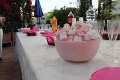 https://flic.kr/p/JnYyo7   CENTRO DE MESA HECHO DE CERA + MALVAVISCOS   Centro de mesa, que está conformado por un jarrón redondo rosa hecho de cera, con aceite esencial 100% natural de menta + unos auténticos malvaviscos, rosas y blancos, que tienen forma de corazón. Tamaño: 210 x 110 mm.  Artesanal.  También en:  www.ilmiomondoincera.com