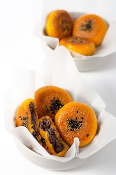 Chinese pumpkin bun has crispy surface and a runny, nutty brown sugar filling. The recipe uses less oil and contains a cooking video to show you the cooking process. Asian Desserts, Asian Recipes, Chinese Desserts, Dim Sum, Chinese Pumpkin Recipe, Dessert Dishes, Dessert Recipes, Sweet Dough, Creative Desserts
