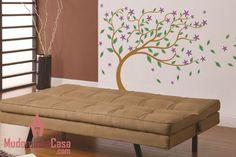 Decorar ambientes com árvores é uma escolha ótima, mas nem sempre acessível. Por isso, usar os adesivos decorativos com temas de natureza é a solução ideal. Como esse adesivo de parede repleto de flores, cores e sensação de movimento com as folhas caindo é uma sugestão para a sala de estar.