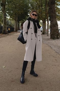 All Fashion, Winter Fashion, Fashion Trends, Minimalist Boots, Worker Boots, Boots Gifts, London Girls, London Look, Oversized Coat