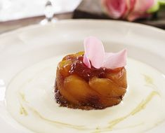 Il coltivatore di rose John Nevado prepara la classica Tarte Tatin, aggiungendo un pizzico di romanticismo.