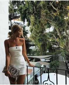 Mini white dress with nice accessories - Miladies.net