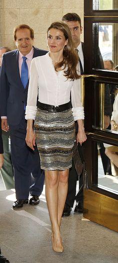 Noviembre 2013 - Luciendo una falda de paillettes y lentejuelas en oro, bronce y plata de FELIPE VARELA con blusa blanca y cinturón, durante su VIAJE A EE.UU.