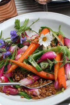 Salade de petit épeautre aux légumes vapeur (4 p) de Martine Fallon Tremper 10 cs de petit épeautre 12 h dans de l'eau ensuite faire germer 48 h en rinçant matin et soir. Cuire vapeur, compter 30 mn Réserver. Passer vapeur légumes de saison de votre choix, cuisson al dente : radis, céleri vert, fenouil , panais, par exemple Mélanger à l'épeautre. Rajouter un verre de pignons Servir avec vinaigrette au sésame noir, parsemer de coriandre fraîche. Martine Fallon, Beef, Garance, Ethnic Recipes, Vinaigrette, Showroom, Food, Drink, Al Dente