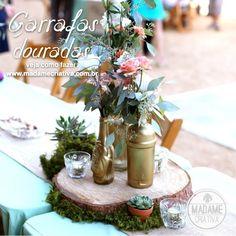 Decoração para #festas e #casamentos pode ser mais fácil do que imagina! Utilize de garrafas pintadas de douradas e faça um arranjo de flores maravilhosos! #Criatividade #DIY #Façavocêmesmo #decoração #design #madeiramadeira