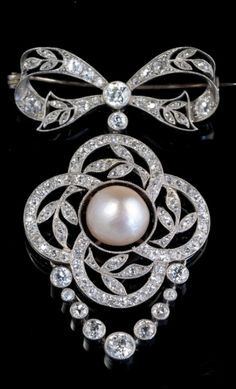 A Belle Epoque brooch, Western Europe, circa 1900. A bow-shaped platinum brooch / pendant with old cut diamonds, and set with a large natural pearl in the centre. #BelleÉpoque #brooch
