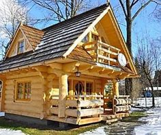 The Perfect Log Cabin Log homes are one of the most resistant types of home and they are also very affordable. For centuries, people around the world have been living in log homes and they seem to be quite popular nowadays too. This next cute tiny log ho Tiny Log Cabins, Little Log Cabin, Tiny House Cabin, Log Cabin Homes, Cabins And Cottages, Mountain Cabins, Small Log Cabin Plans, Mini Chalet, Cabin In The Woods