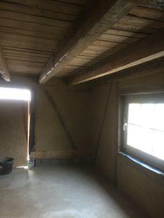 Das ist der Eingangsbereich. Die vorhandenen Backsteinwände habe ich erst mit Haftgrund behandelt und dann Lehmputz draufgemacht. Unter der Decke habe ich Schubkarrenweise alten Lehmputz rausgeholt, einschl. div. Rattennestern und ...Leichen