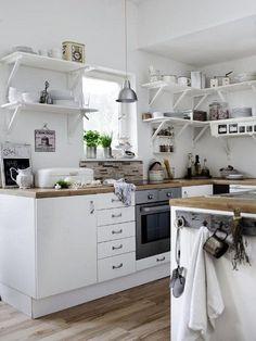 Een witte keuken met een houten blad. | http://anoukdekker.nl/een-witte-keuken-met-een-houten-blad/