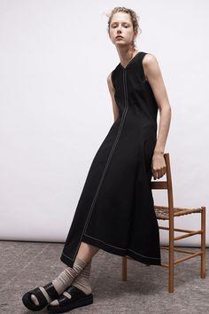 Guarda la sfilata di moda Colovos a New York e scopri la collezione di abiti e accessori per la stagione Collezioni Primavera Estate 2017.