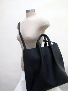Hand-stitched handheld leather tote bag black / por HIDDENGEMstudio