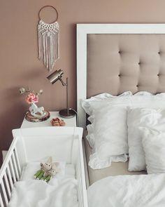 Kołyska - mini-łóżeczko to niezwykle stylowe miejsce snu dziecka w pokoju rodziców przez pierwsze miesiące jego życia. Niewielkie rozmiary pozwalają zmieścić kołyskę nawet w niedużej sypialni lub dostawić do łóżka rodziców, dzięki czemu dziecko łatwiej zasypia. Dzięki swej stabilnej konstrukcji jest bardzo bezpieczna. Linen Bedroom, Linen Curtains, Linen Bedding, Natural Linen, Cribs, Bed Pillows, Pillow Cases, The Incredibles, Interior Design