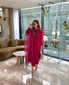 Party Wear Indian Dresses, Designer Party Wear Dresses, Indian Fashion Dresses, Indian Designer Outfits, Fashion Outfits, Simple Pakistani Dresses, Pakistani Dress Design, Pakistani Outfits, Indian Outfits