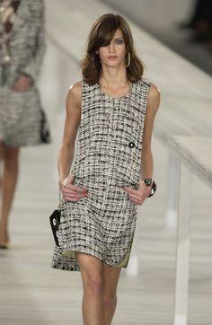 http://www.livingly.com/runway/Chanel/Paris Fashion Week Spring 2004/sJyLL9xh0_a