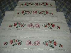 Jogo de Toalha Casal Bordada em ponto Cruz, acompanha 02 toalhas de banho e 02 toalhas de rosto.