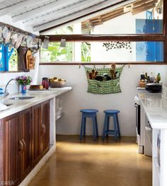 A empresária Lia Udler vive no povoado baiano desde os anos 1970. Sua casa atual, no alto de uma falésia, celebra a exuberância do lugar.