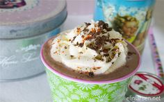 Varm chillikakao med krem Yummy Drinks, Pudding, Desserts, Food, Tailgate Desserts, Deserts, Custard Pudding, Essen, Puddings