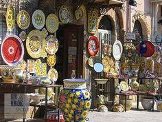 Santo Stefano di Camastra is also very popular for its hand-painted ceramics and colorful majolica, attracting a large number of tourists every year. Sicily