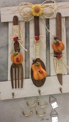 Decoração para a cozinha Diy Home Crafts, Clay Crafts, Wood Crafts, Arts And Crafts, Paper Crafts, Diy Birthday Gifts For Friends, Motif Mandala Crochet, Wooden Spoon Crafts, Wooden Spoons