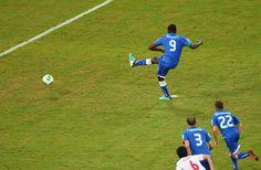バロテッリがPKを決めイタリア3点目 - コンフェデレーションズ杯。イタリア対日本。バロテッリが後半にPKを決め、イタリア3点目。(Photo by Ronald Martinez/Getty Images) (ゲッティ イメージズ)