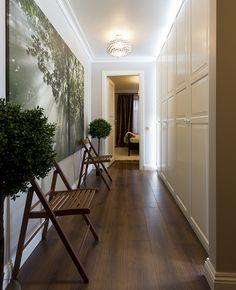 Москва: квартира 56 кв. м. Длинный коридор не выглядит тесным благодаря встроенной системе подсветки и панно с изображением солнечных лучей, пробивающихся сквозь листву.