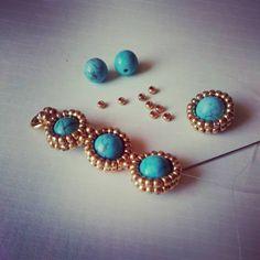 Armband under tillverkning som matchar örhängena det är så snyggt med guld och turkos tillsammans . #smyckestillverkning #turkos #stenpärlor #syntetiskturkos #guldfärg #Preciosa #seedbeads #czechbeads #smyckesdesign #jaanasmycken #jaanadesign